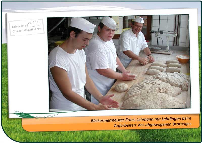 Bäckermeister Franz Lehmann mit Lehrlingen